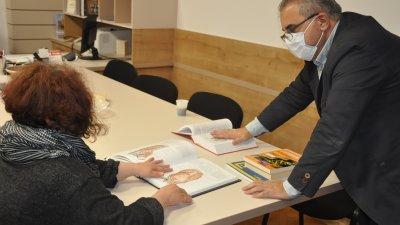 Учебниците, които ще бъдат дигитализирани за закупени от Медицинския факултет. Снимка Община Бургас