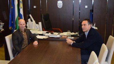 Енчо Кирязов разговаря с кмета на Бургас Димитър Николов. Снимка Пресцентър Община Бургас