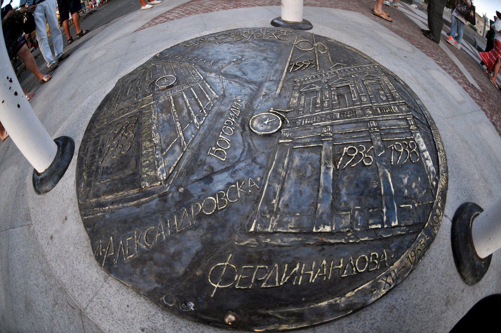 Пластиката е изработена от бронз и е монтирана в основата на Часовника. Снимки Тодор Ставрев