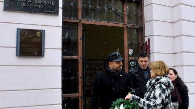 Лидерът на ВМРО Георги Дракалиев и Мария Бенчева поставиха венец пред паметната плоча на Яворов