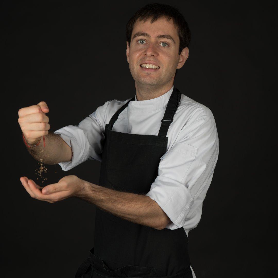 Димитър Боев обича да приготвя ястия от френската и българската кухни. Снимки Личен архив