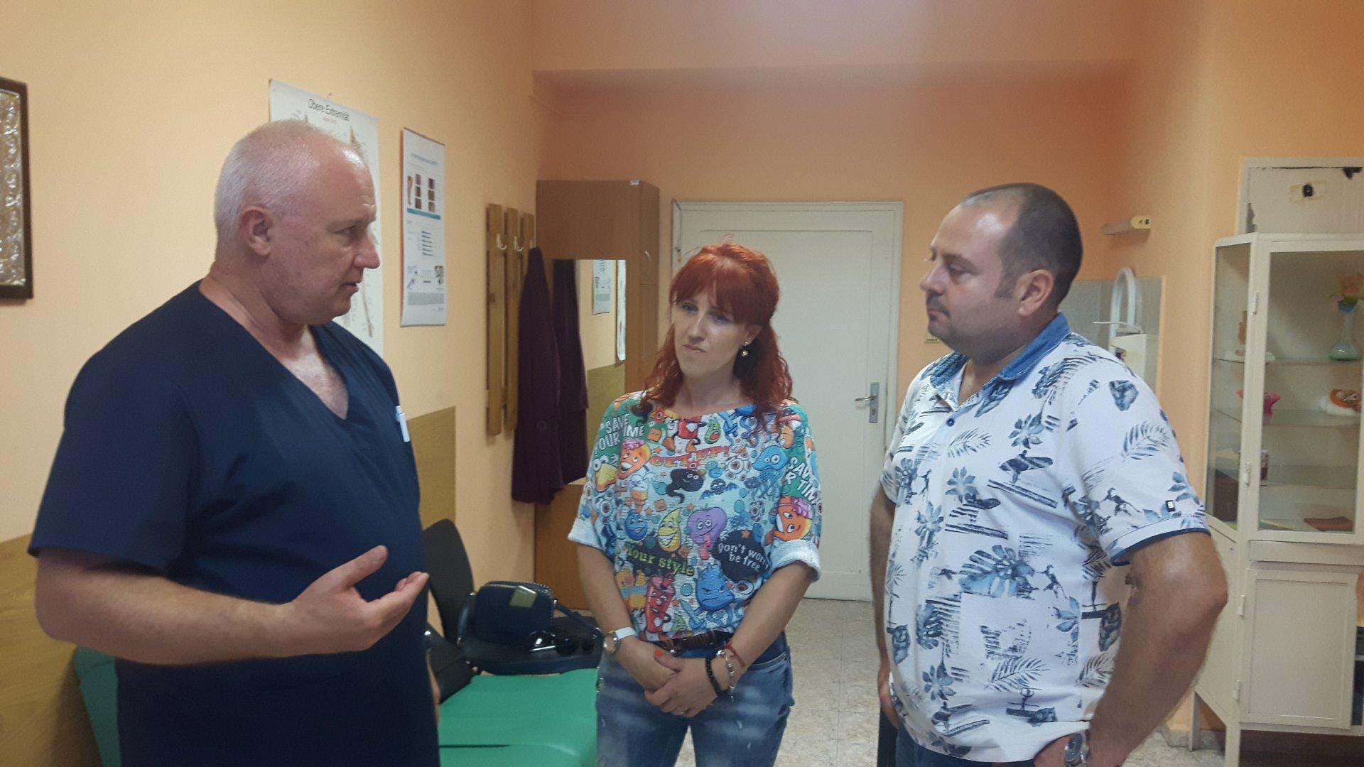 Семейство Люцканови благодари на д-р Борислав Тръпчев. Снимка УМБАЛ - Бургас