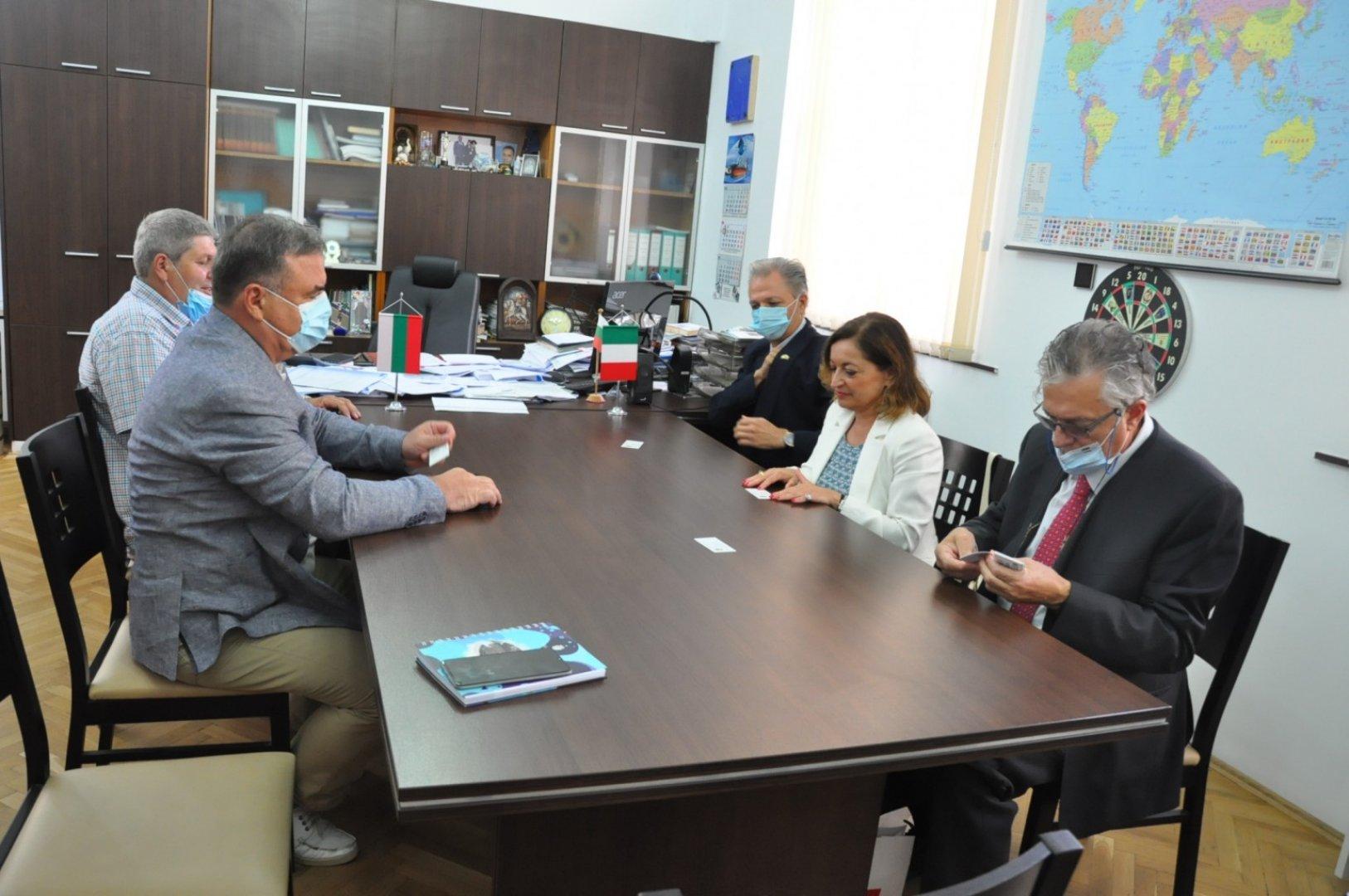 Дипломатът бе на еднодневно посещение в Бургас. Снимка Община Бургас