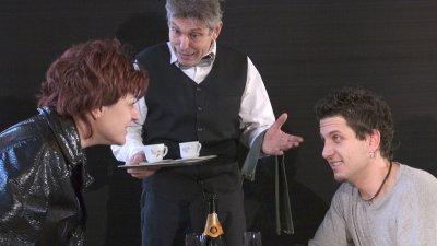 Юрий Ангелов (в средата) ще играе отново на бургаската сцена на 11-ти март в представлението на спектакъла Омайна нощ. Снимка ДТ Адриана Будевска