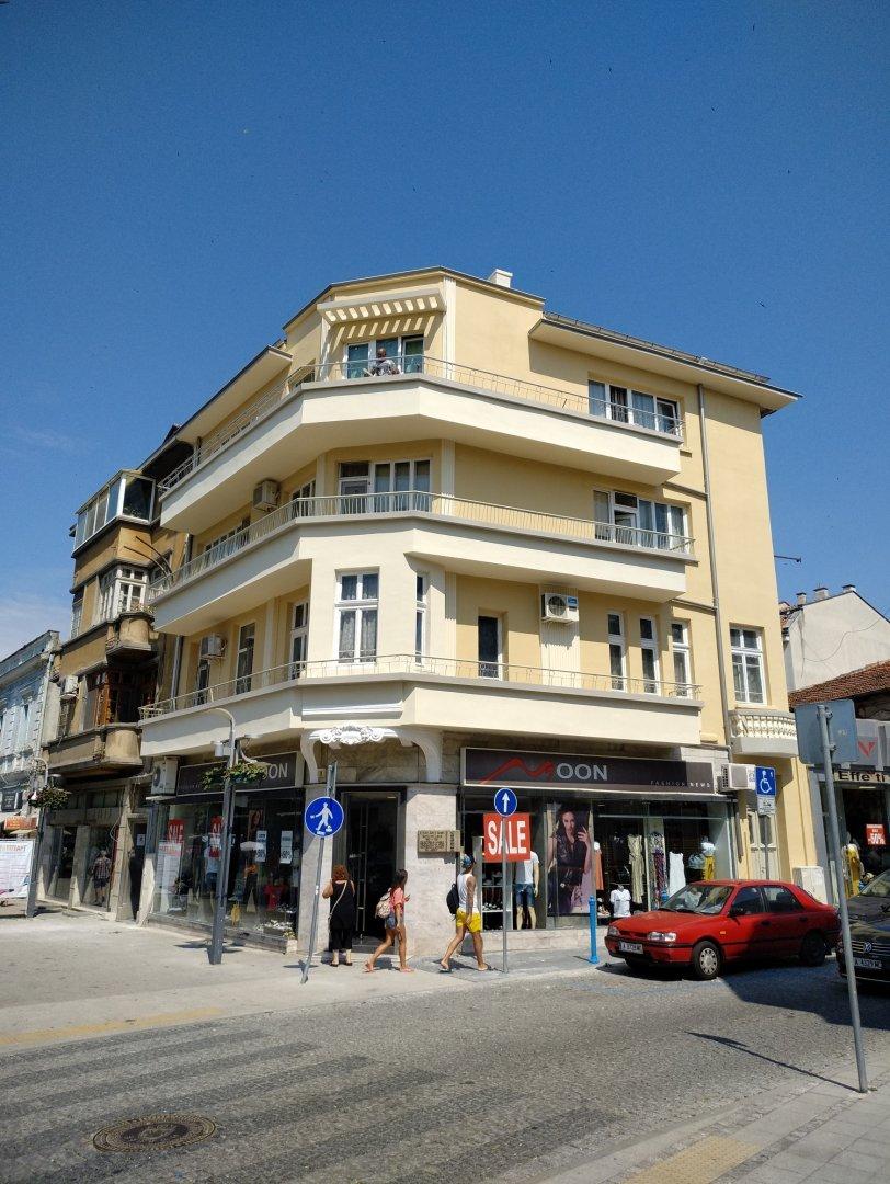 Сградата на ъгъла на двете улици вече е с обновена фасада. Снимки Община Бургас