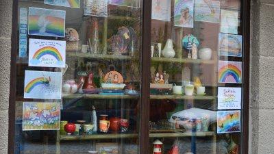 Прозорците на галерията са облепени с рисунки. Снимки Елена Ясенова