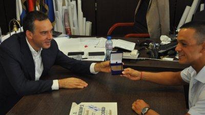 Кметът Димитър Николов (вляво) връчи на Цанко Цанков златна карта. Снимка Община Бургас