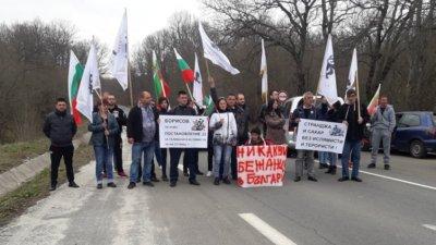 Сред протестиращите са и представител на партия Възраждане. Снимка БНР - Бургас