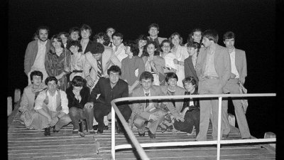 Снимка на част от Випуск 1982 в годината на завършването. Проф. Илиян Иванов е третият отляво надясно на последната редица. Снимки Мариана Ведричкова и архив Черноморие-бг