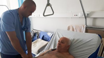 За успеха на сложната операция помага и позитивизмът на пациента, който от първия миг се доверява на лекарите в УМБАЛ Бургас и техните умения. Снимка УМБАЛ - Бургас