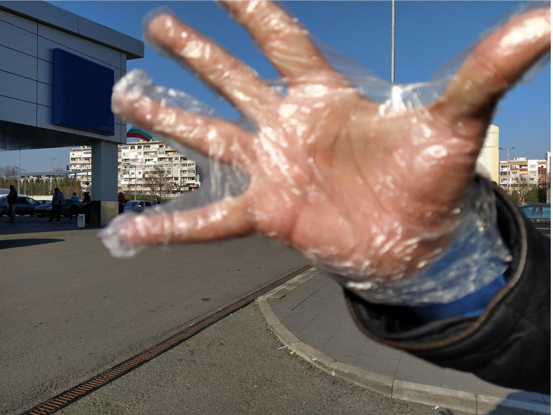 Ръкавици за еднократна употреба може да получите в магазините на една от хранителните вреги в Бургас. Снимки Черноморие-бг