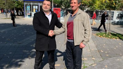 Динко Раднев (вдясно) избра учениците си пред кандидат-депутатската кампания. Снимка Продължаваме промяната