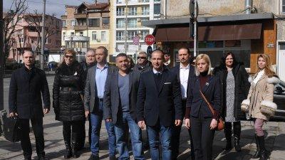 Водачът на листата Живко Табаков (на преден план в средата) подаде документи за регистрация в РИК
