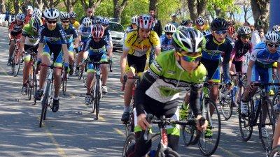 Десетки състезатели се включиха в колоездачната обиколка за Купа Бургас. Снимка Черноморие-БГ