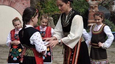 Момичетата пресъздадоха обичая лазаруване в музея. Снимки Тодор Ставрев