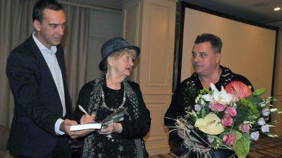 Татяна Лолова даде автограф на бургаския кмет Димитър Николов. Снимки Тодор Ставрев