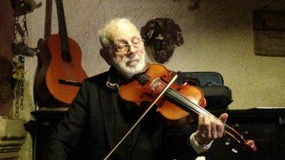 Ицко Финци отново ще вземе цигулка в ръка по време на гостуването си в Бургас. Снимка Архив