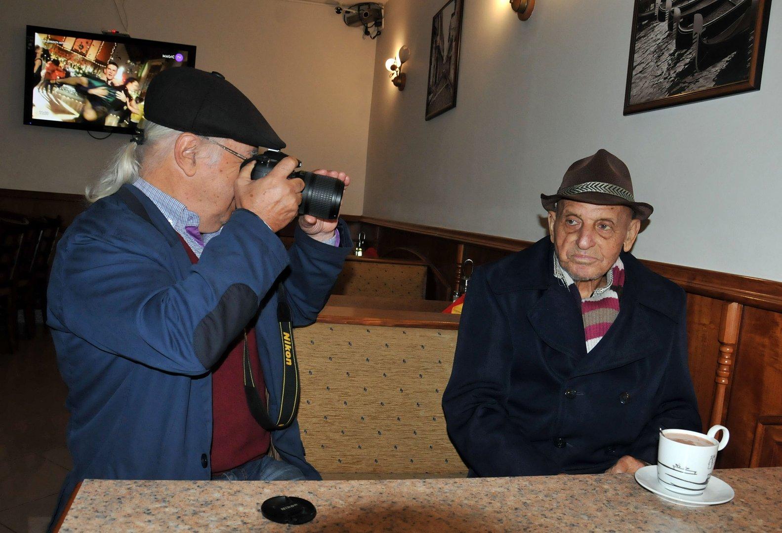 Стефан Диомов с първия си учител Станчо Драганов. Снимки Тодор Ставрев и личен архив