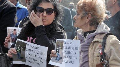 Близки на убитите излязоха на протест и затвориха пътя за Созопол. Снимки Черноморие-бг