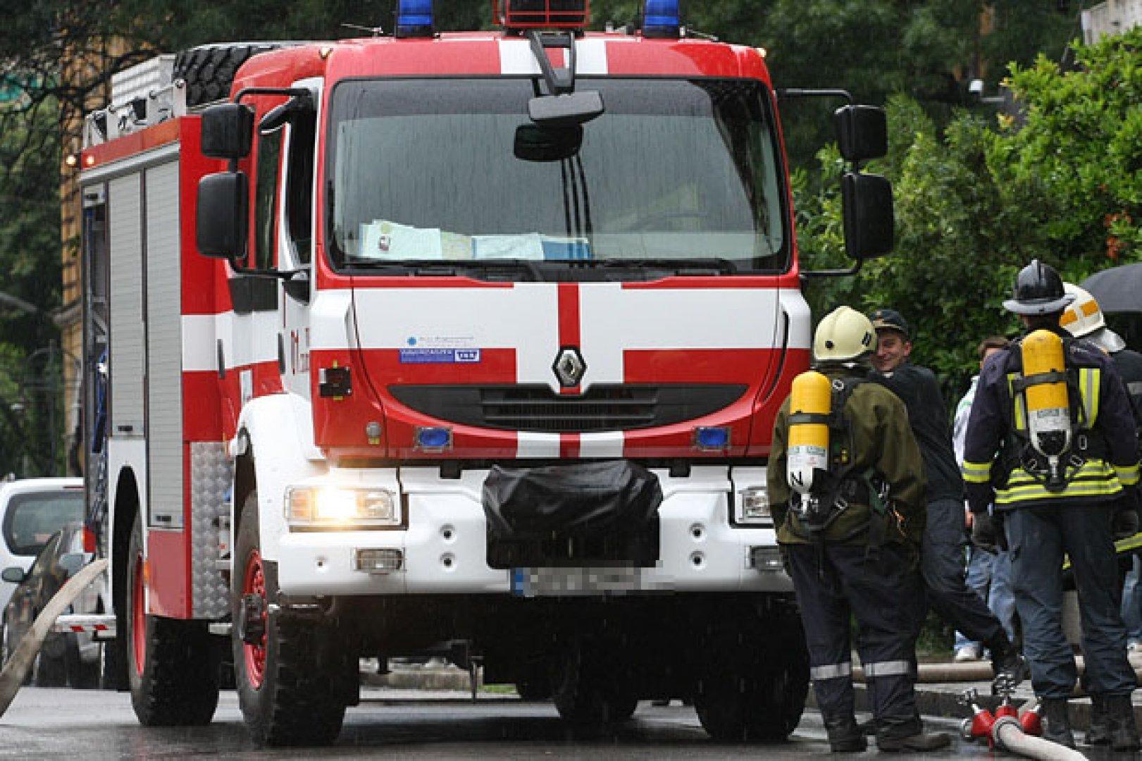Огнеборците неутрализирали огъня, лумнал в плажното заведение, въпреки силния вятър. Снимка Архив Черноморие-бг