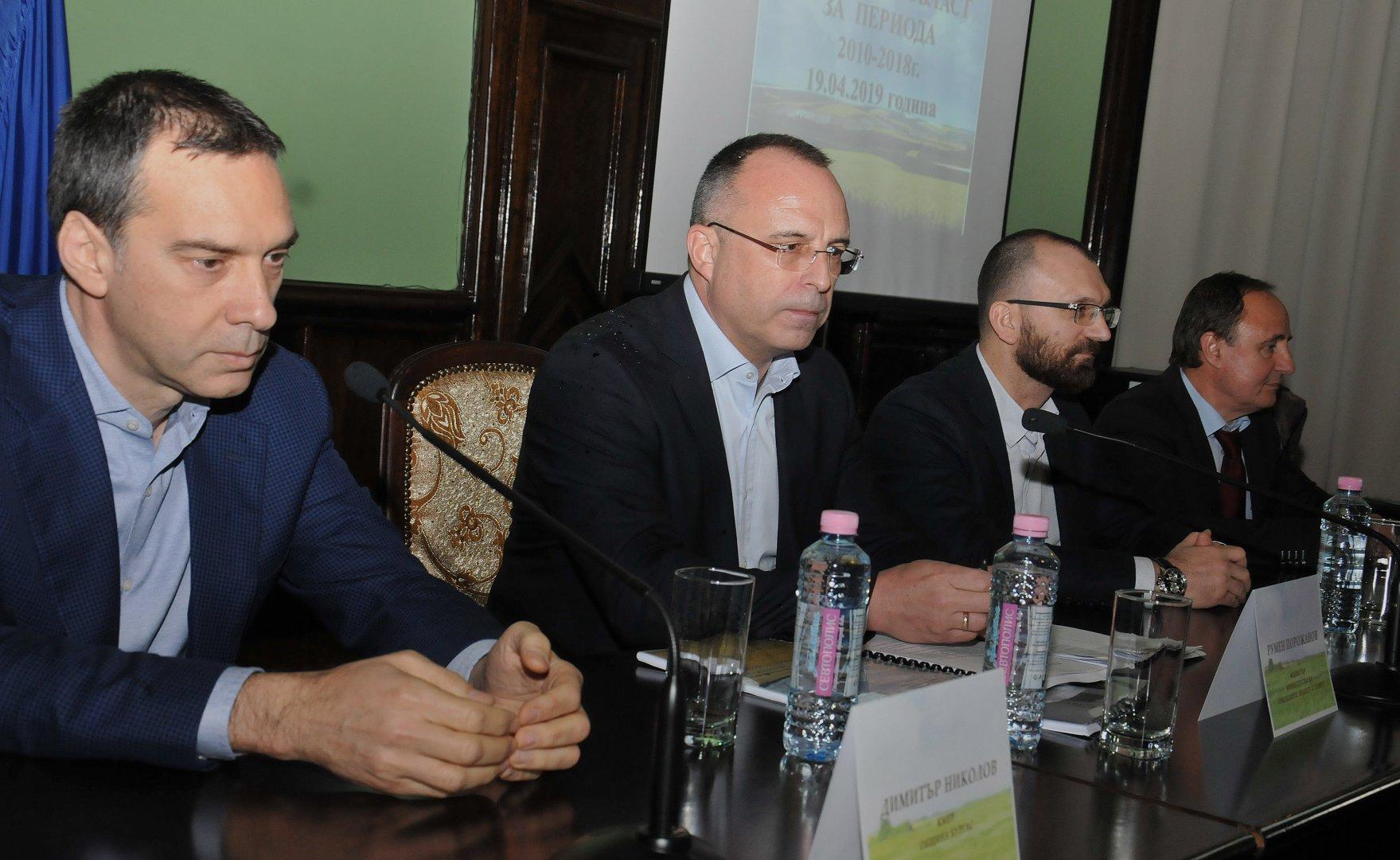 Министър Порожанов (вторият отляво надясно) участва в информационния ден в Бургас. Снимки Тодор Ставрев