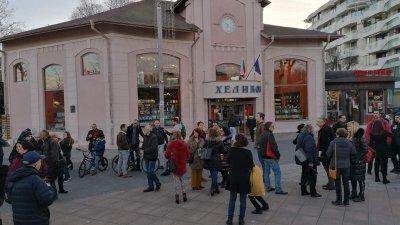 Десетки бургазлии се събраха на мирен протест с книга в ръка. Снимки Лина Главинова
