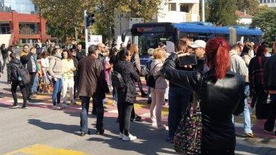 Протестиращи блокираха булевард Сан Стефано и спряха движението на автобуси и автомобили и