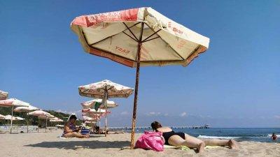 Чадърите на плажа още не са прибрани и плажуващите ги ползват. Снимки Десислава Георгиева