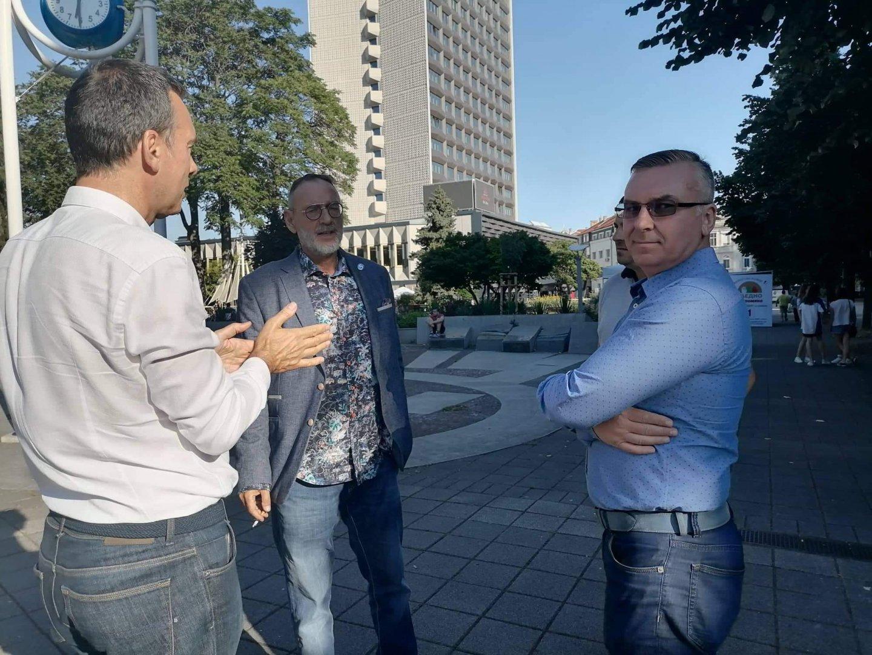 Кметът на Бургас Димитър Николов (вляво) дойде на закриването на предизборната кампания на ГЕРБ - СДС в Бургас. Снимки Черноморие-бг