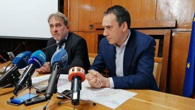 От утре експертите идват в Бургас, каза министър Банов (вляво). Снимка Лина Главинова