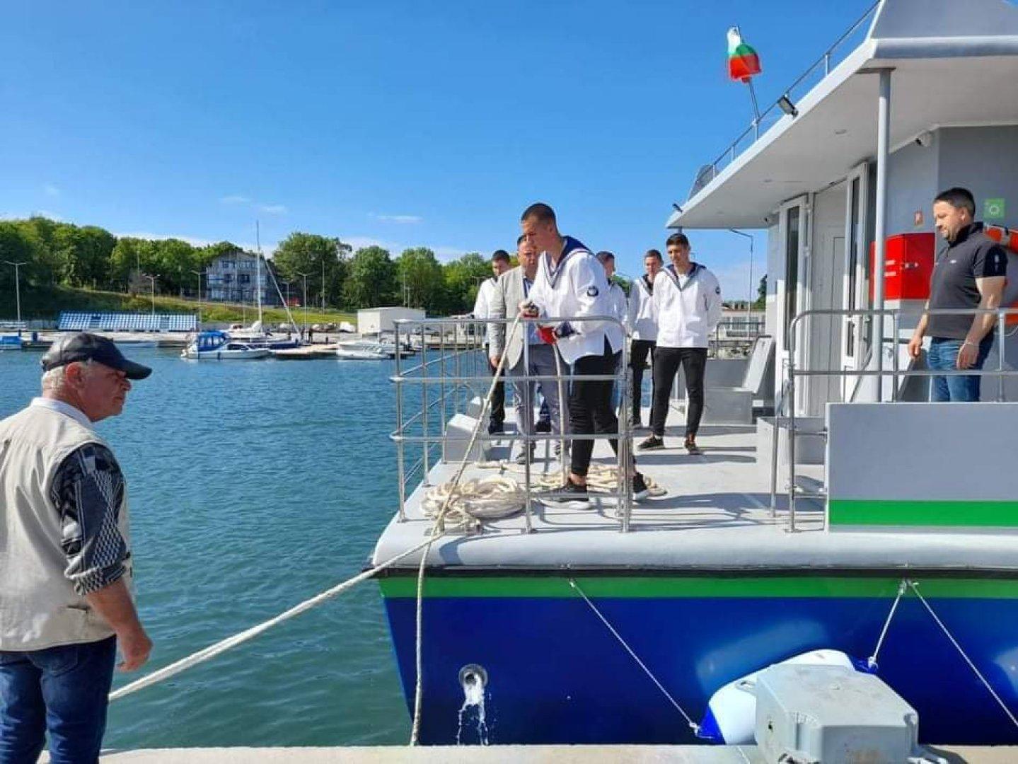 Учениците от Морското карат практика на плавателни съдове