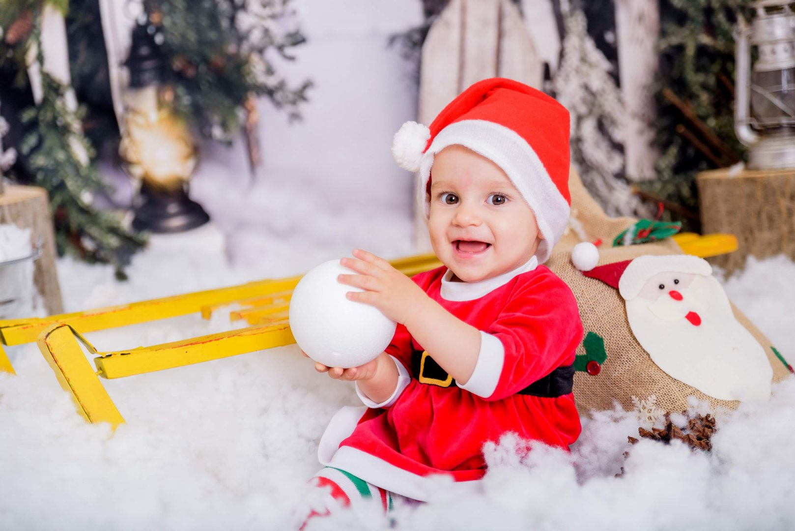Малката Божидара с усмивка позира за снимка