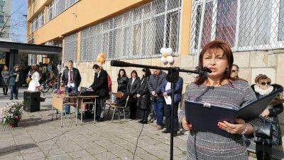 Директорът на гимназията Силвия Пехливанова поздрави учителите, учениците и гостите на празника. Снимки Лина Главинова