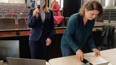 Зам.-кметът по култура Диана Саватева (вляво) и Кристина Ингилизова - част от организационния екип участваха на живо в брифинга. Снимки Авторът