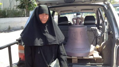 Сестра Харитиния дари 100 килограмова камбана на храма. Снимки Жечка Николова