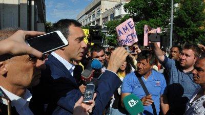 Жителите на квартала поискаха от кмета да им пусне водата, въпреки че това не е в правомощията му. Снимки Черноморие-бг