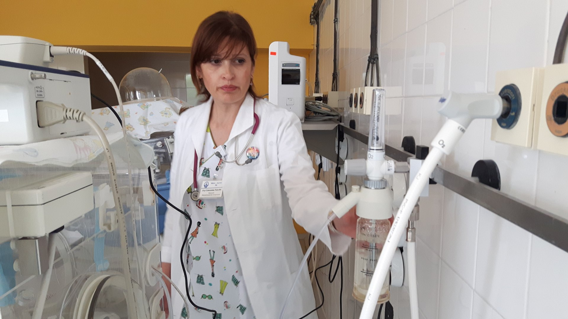д-р Стилияна Томова, началник на Отделението по неонатология, която показва един от закупените ротаметри. Снимка Пресцентър УМБАЛ