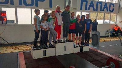 Бургаският клуб обра медалите на турнира. Снимки Черноморец
