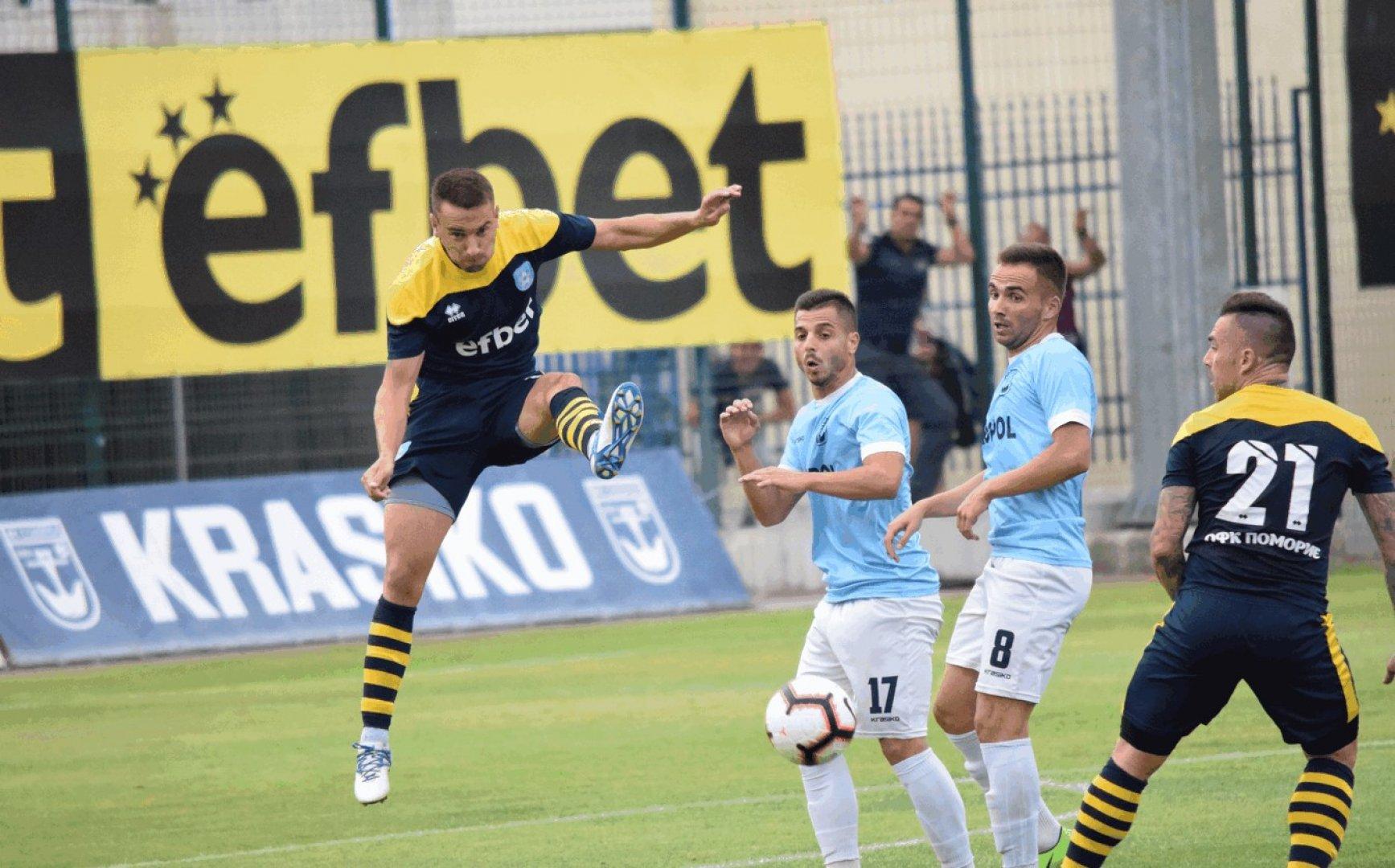 Двата морски клуба завършиха срещата при резултат 2:2. Снимки ОФК Поморие