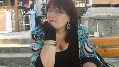 Поетесата е автор и на текстове за песни