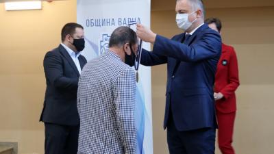 Наградите бяха връчени от кмета на Община Варна Иван Портних. Снимки Община Варна