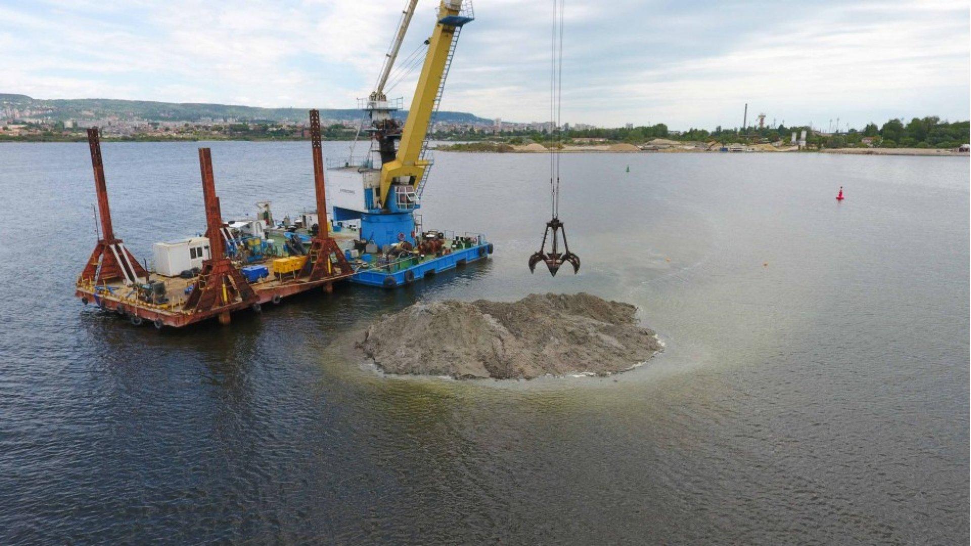Подводните ремонтни дейности във Варненското езеро продължават. Снимка Община Варна