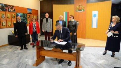 Подпис под договора сложиха кметът на Варна и партньорите. Снимка Община Варна
