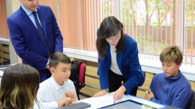 Мария Габриел разговаря с учениците от Математическата гимназия във Варна. Снимки Пресцентър Община Варна