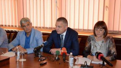 За увеличението се договориха кметът на Варна Иван Портних (в средата) и лидерът на КНСБ Пламен Димитров. Снимка Община Варна
