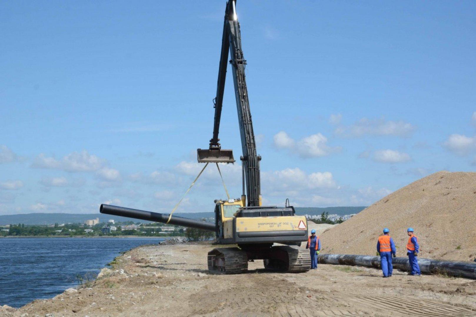 До момента е премахнат дефектирал участък от тръбопровода. Снимки Община Варна