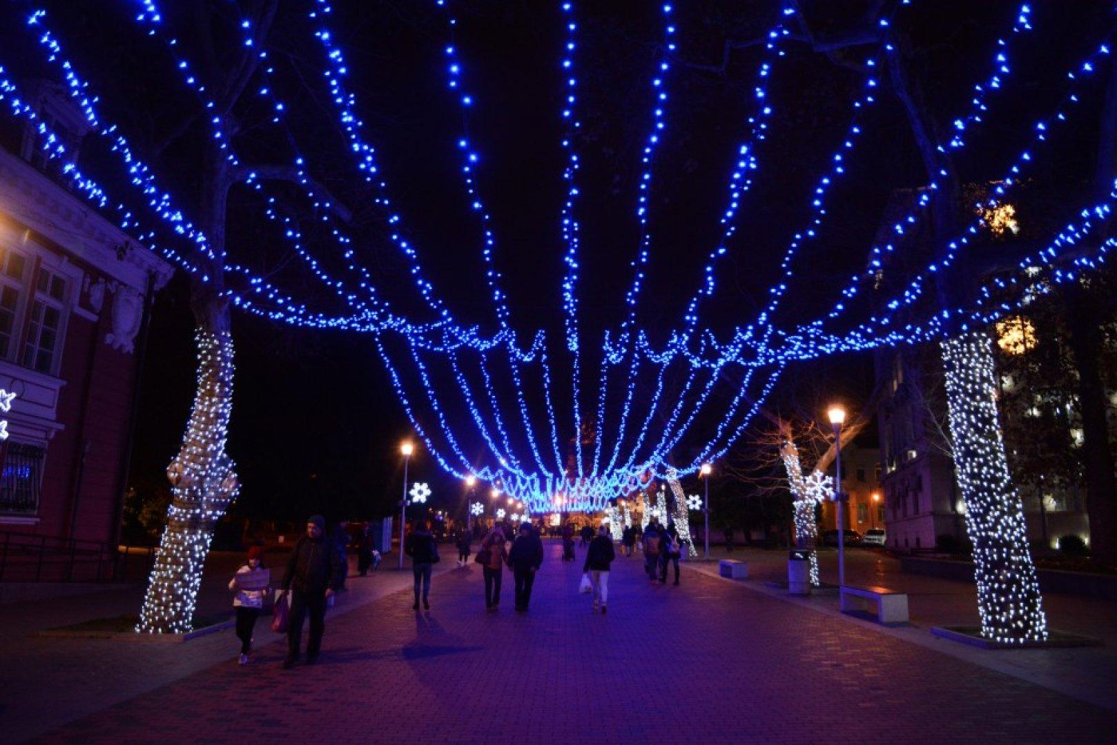 Поставянето на коледните светлини в града вече започна. Снимка Архив Община Варна