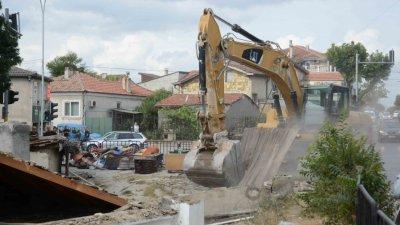 Събарянето се извършва по график. Снимки Община Варна