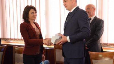 Кметът на Варна Иван Портних връчи печатите на трите обекта. Снимка Община Варна
