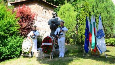 По случай празника венци и цветя бяха положени пред паметника на руските воини. Снимки Община Варна